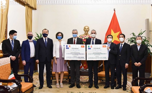 Tiếp nhận 1,5 triệu liều vắc-xin do Chính phủ Pháp và I-ta-li-a tài trợ
