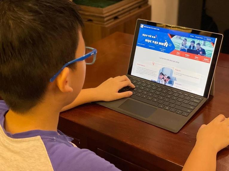 """VNPT sẽ hỗ trợ 37 000 máy tính bảng trong chương trình """"Sóng và máy tính cho em"""""""
