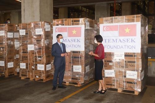 Tiếp nhận lô hàng đầu tiên do Quỹ Temasek hỗ trợ cho Việt Nam