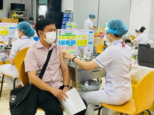 TP Hồ Chí Minh tập trung tiêm vét vắc xin COVID-19 mũi 1 cho người dân trên 18 tuổi