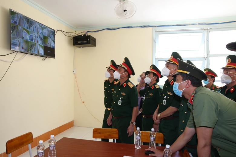 Trung tướng Ngô Minh Tiến kiểm tra trực tuyến công tác cách ly, điều trị bệnh nhân COVID-19 tại Bệnh viện dã chiến truyền nhiễm tại Trường Cao đẳng Vĩnh Long cơ sở 3