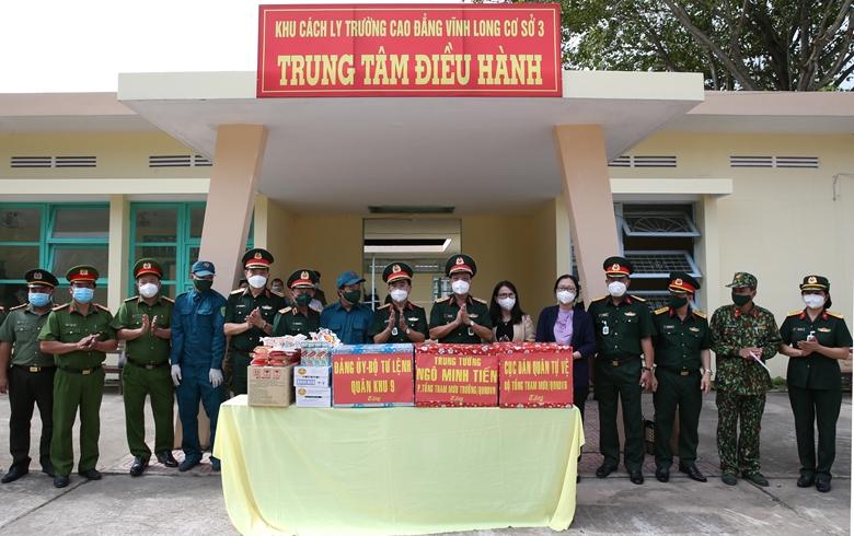Trung tướng Ngô Minh Tiến và Thủ trưởng Quân khu 9, Cục Dân quân tự vệ (Bộ Tổng Tham mưu) tặng quà Bệnh viện dã chiến truyền nhiễm tại Trường Cao đẳng Vĩnh Long cơ sở 3