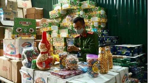 Bắt giữ 10 tấn bánh kẹo không rõ nguồn gốc, xuất xứ