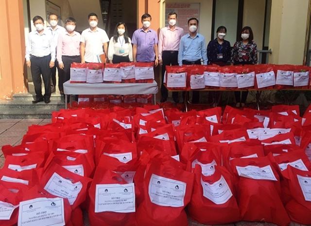 Tặng 1 000 suất quà cho lao động tự do gặp khó khăn do dịch COVID-19 trên địa bàn Hà Nội