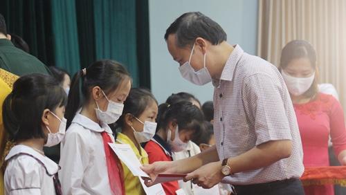 370 học sinh Bắc Giang được nhận học bổng Vì em hiếu học