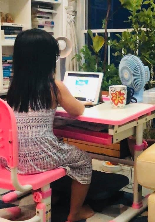 """Nhiều phụ huynh vẫn """"đau đầu"""" với việc học trực tuyến của con"""