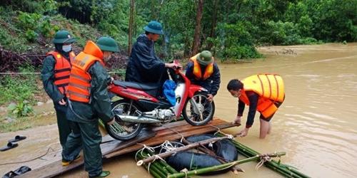 Bộ đội Biên phòng Nghệ An hỗ trợ người dân trong mưa lũ