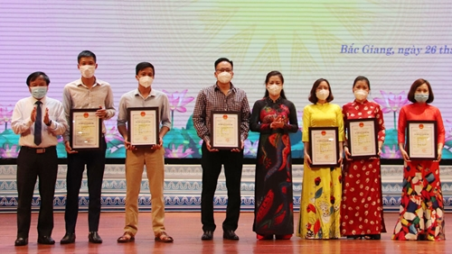Trao 65 Giải Báo chí Thân Nhân Trung và Bắc Giang trên tuyến đầu chống dịch COVID-19