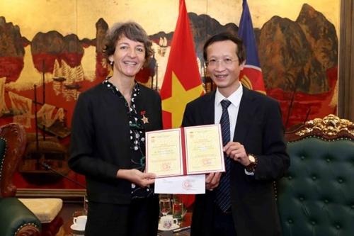 Trao tặng Kỷ niệm chương cho Giám đốc Ngân hàng Tái thiết Đức chi nhánh tại Việt Nam