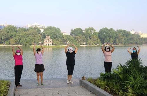Người Hà Nội hào hứng tập thể dục ngoài trời