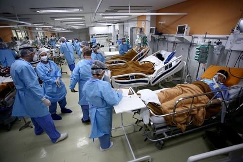 Hơn 6 800 người tử vong vì COVID-19 trong 24 giờ qua