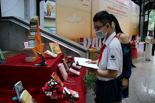 Hà Nội Trưng bày sách báo và trao giải cuộc thi Đại sứ văn hóa đọc