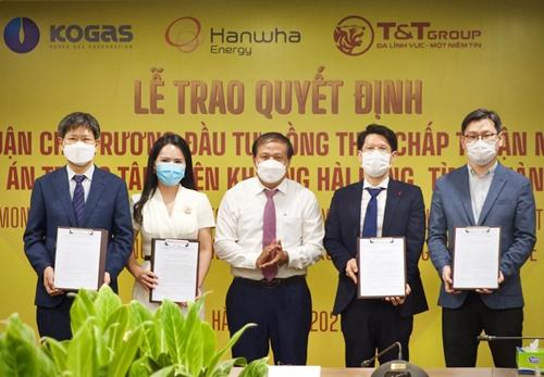 Trao quyết định chủ trương đầu tư dự án Trung tâm điện khí LNG Hải Lăng trị giá 2,3 tỷ USD
