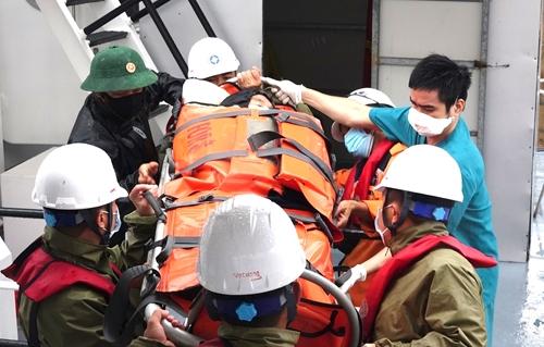 Cứu nạn khẩn cấp bệnh nhân nguy kịch từ đảo Cù Lao Chàm