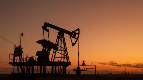 Giá dầu thế giới tiếp tục chạm mốc cao kỷ lục mới