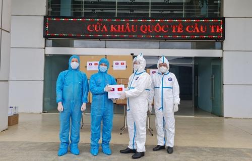 Bàn giao vật tư y tế hỗ trợ Bộ Công an Lào phòng, chống dịch COVID-19