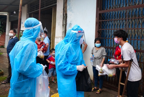 Tuổi trẻ Bình Phước hỗ trợ người dân về quê tránh dịch