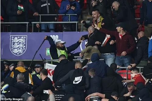 FIFA điều tra vụ bạo lực tại sân vận động Wembley