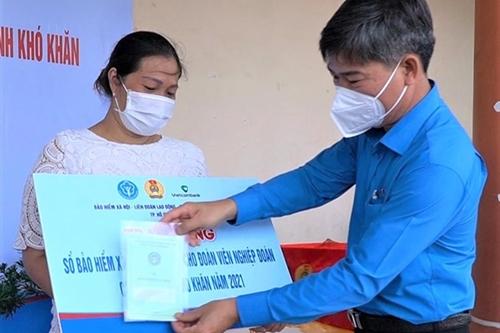 TP Hồ Chí Minh tặng 500 sổ bảo hiểm xã hội tự nguyện cho đoàn viên nghiệp đoàn