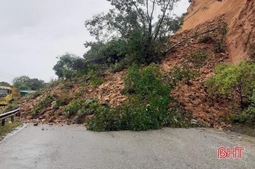 Hoàn lưu bão số 8 gây sạt lở nhiều vị trí đường giao thông tại Nghệ An, Hà Tĩnh