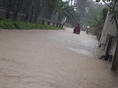 Hướng dẫn người dân đi lại an toàn khi có mưa lũ