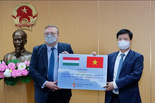 Bộ Y tế tiếp nhận 100 000 liều vaccine COVID-19 và 100 000 kit xét nghiệm nhanh của Chính phủ Hungary
