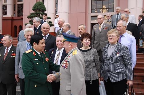 Бывший Министр обороны, генерал армии Фунг Куанг Тхань и ветераны Советского Союза