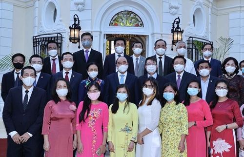 Президент Нгуен Суан Фук посетил посольство Вьетнама на Кубе и встретился с вьетнамской общиной