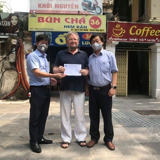 Общество вьетнамско-российской дружбы в Ханое вручило подарки российскому учителю, которые столкнулись с трудностями из-за эпидемии COVID-19