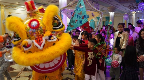 Вьетнамцы, проживающие в России, весело отмечают Праздник середины осени в безопасной от COVID-19 обстановке