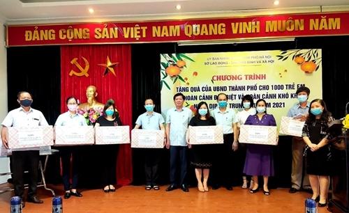 Город Ханой вручил 1 тысячу подарков детям из малоимущих семей нацменьшинств