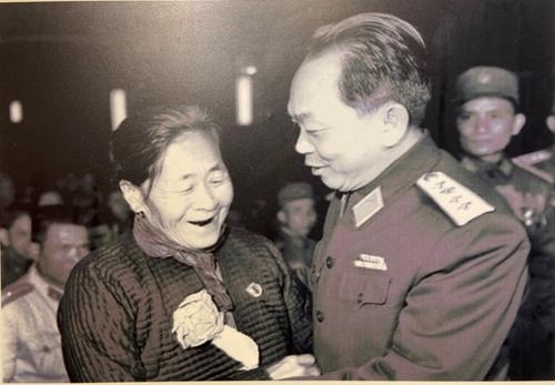 Imágenes y objetos asociados con la vida y carrera revolucionaria del general Vo Nguyen Giap
