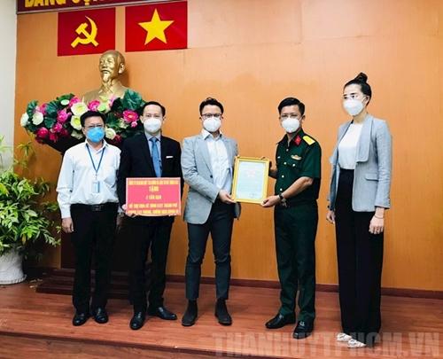 Vietnamitas en ultramar donaron ocho toneladas de arroz para apoyar a las fuerzas armadas y funcionarios de Ciudad Ho Chi Minh