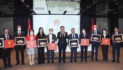 El Presidente del Parlamento se reúne con las comunidades de vietnamitas en Europa