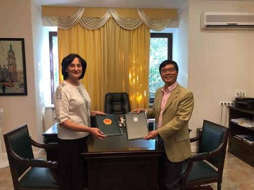 """Firmado un acuerdo de cooperación entre la Embajada vietnamita en Ucrania y el centro de idiomas 251 """"Presidente Ho Chi Minh"""" de Kiev"""