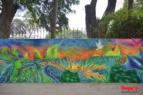 Artistas colombianos y vietnamitas pintan murales callejeros