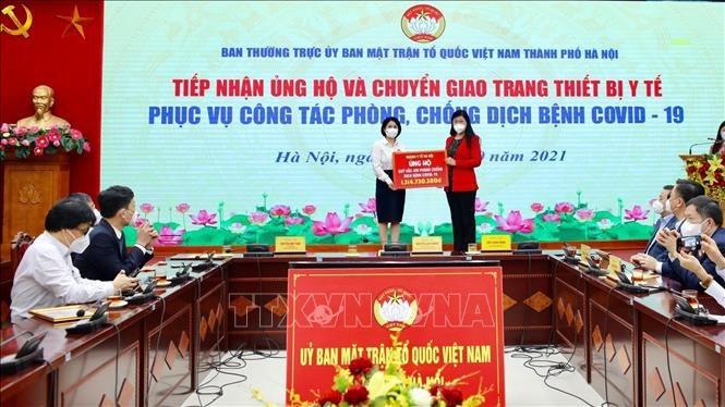 Hanói recibe donaciones y equipos médicos para la prevención y el control de la COVID-19
